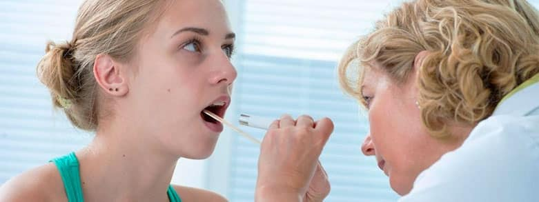 Doktor undersöker kvinna